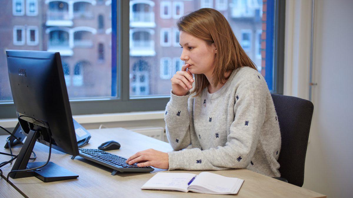 copywriter kijkt naar scherm