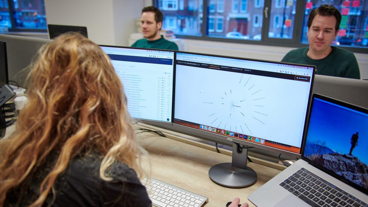 specialist werkt met de tool answerthepublic